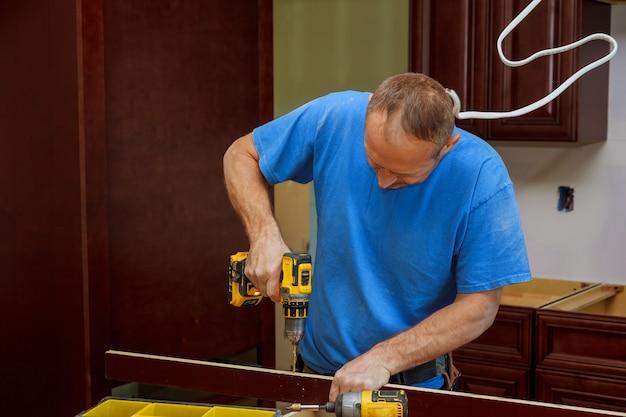 Technikermann, der küchenschränke installiert Premium Fotos