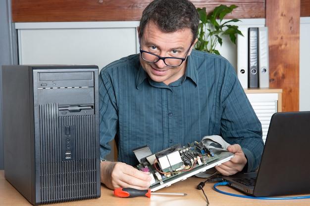 Technikerreparatur-computermann im unterstützungsservice-büro Premium Fotos