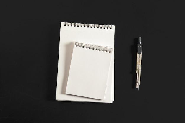 Technikkompaß mit weißbuch Premium Fotos