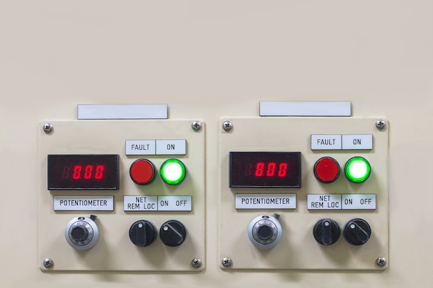 Technische anzeige auf dem bedienfeld mit dem schrank der elektrischen ausrüstung, licht Premium Fotos