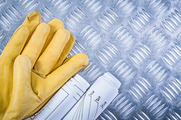 Technische zeichnungen ledersicherheitshandschuhe auf geriffeltem metallplattenbaukonzept Premium Fotos