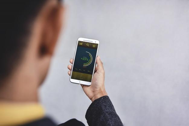 Technologie im finanz- und geschäftsmarketing-konzept. grafiken und diagramme werden auf dem bildschirm des smartphones angezeigt. Premium Fotos