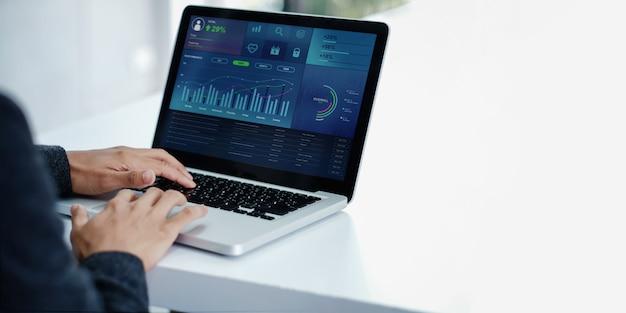 Technologie im finanz- und geschäftsmarketing-konzept. moderner geschäftsmann mit laptop Premium Fotos