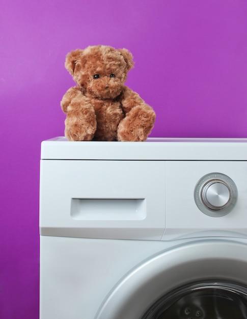 Teddybär auf einer waschmaschine Premium Fotos