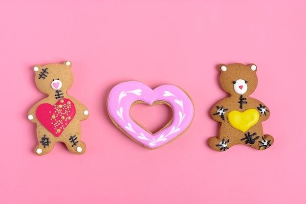 Teddybär-lebkuchenherz auf rosa hintergrund Premium Fotos