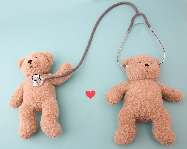 Teddybären und medizinische ausrüstung auf blau Premium Fotos