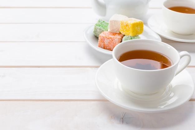 Tee auf dem holztisch Premium Fotos