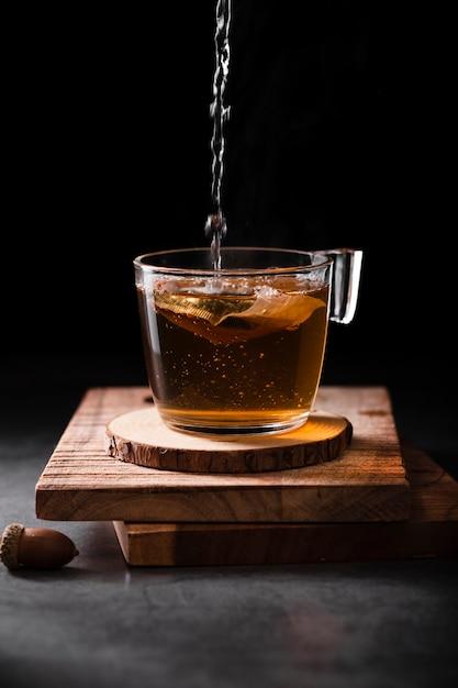 Tee, der in schalenatelieraufnahme gießt Kostenlose Fotos