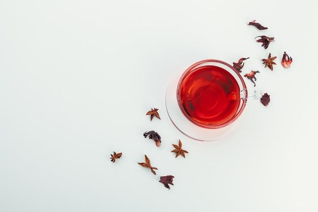 Tee in einer glasschale mit gewürzen und kräutern. ansicht von oben. Premium Fotos