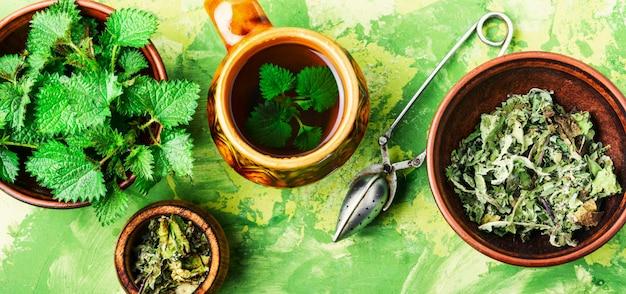 Tee mit brennnessel Premium Fotos