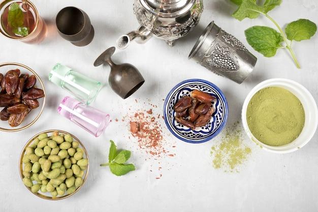 Tee mit dattelfrucht, gewürzen und nüssen auf tabelle Kostenlose Fotos