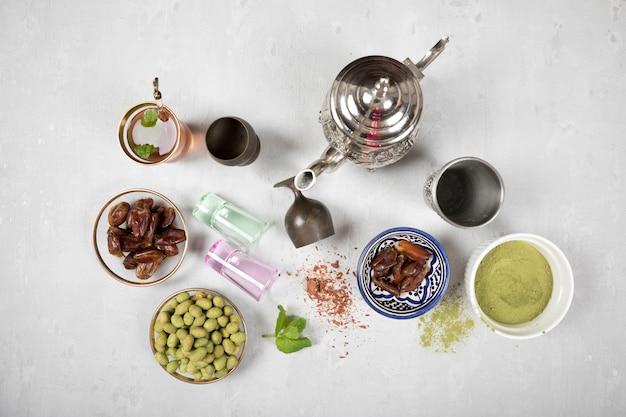 Tee mit dattelfrucht, gewürzen und nüssen Kostenlose Fotos