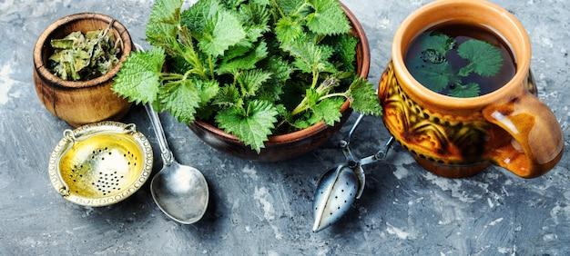 Tee mit frischen brennesseln Premium Fotos