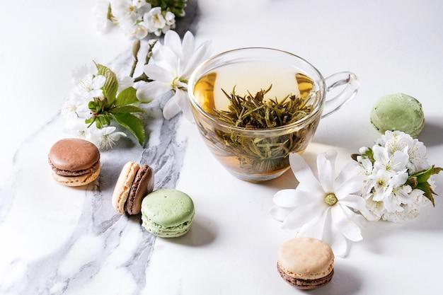 Tee mit frühlingsblumen Premium Fotos