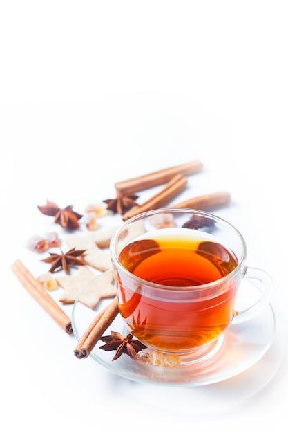 Tee mit gewürzen - zimt, eine nelke und anis Premium Fotos