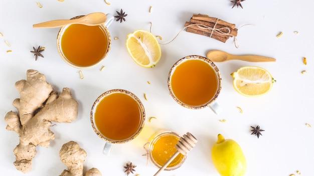 Tee mit kurkuma unter produkten zur verbesserung der immunität und zur behandlung von erkältungen Premium Fotos