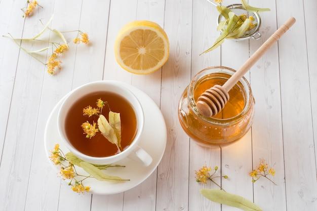 Tee mit linden, honig und zitrone. gesunde ernährung, behandlung von erkältungen Premium Fotos