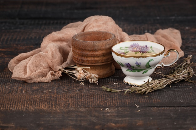 Tee mit zitrone und trockenblumen auf dem tisch Kostenlose Fotos