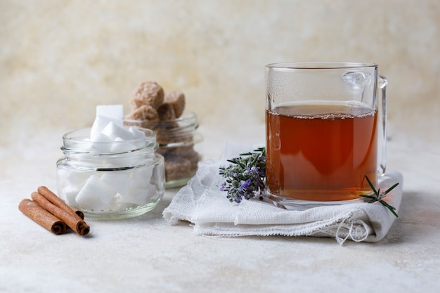 Teeaufguss und zucker Premium Fotos