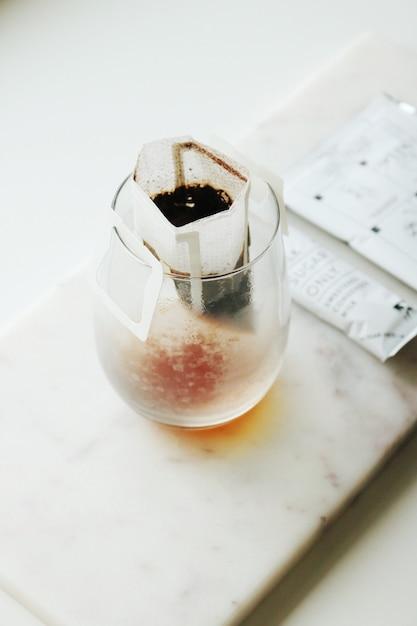 Teebeutel im klarglasbecher Kostenlose Fotos