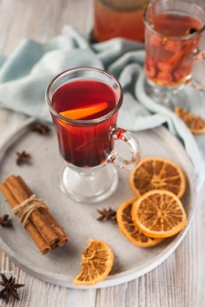Teeglas mit orangenscheiben und anis Kostenlose Fotos