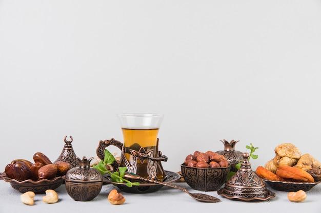 Teeglas mit trockenfrüchten und nüssen Kostenlose Fotos