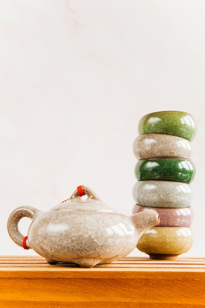 Teekanne des traditionellen chinesen mit gestapelt von den teetassen auf holztisch Kostenlose Fotos