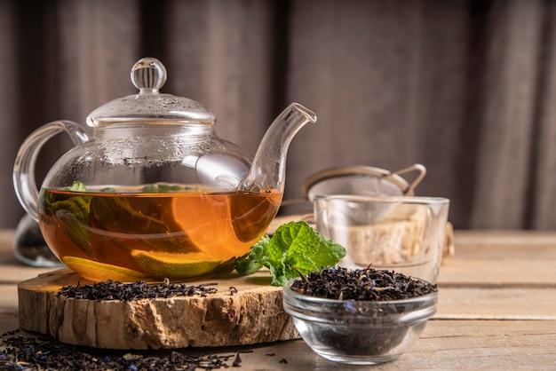 Teekanne mit minztee Premium Fotos