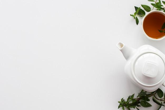 Teekanne mit tasse tee und minze Premium Fotos