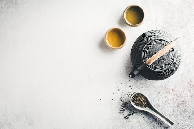 Teekanne mit tee auf hellem tisch Kostenlose Fotos