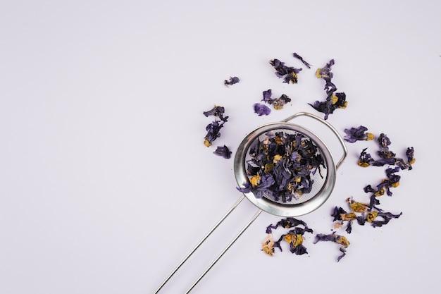 Teekräuter auf normalem hintergrund Kostenlose Fotos