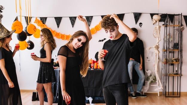 Teenage-party mit vampiren Kostenlose Fotos