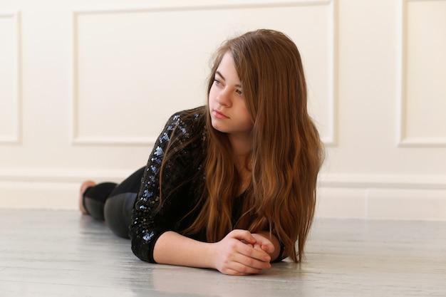 Teenager auf dem boden Kostenlose Fotos