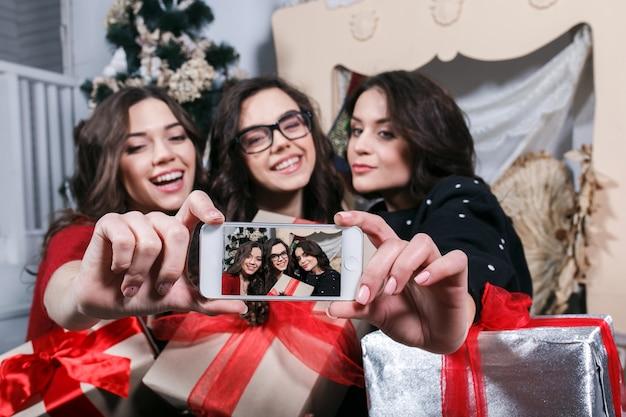 Teenager lächelnd, während der aufnahme eines bildes Kostenlose Fotos
