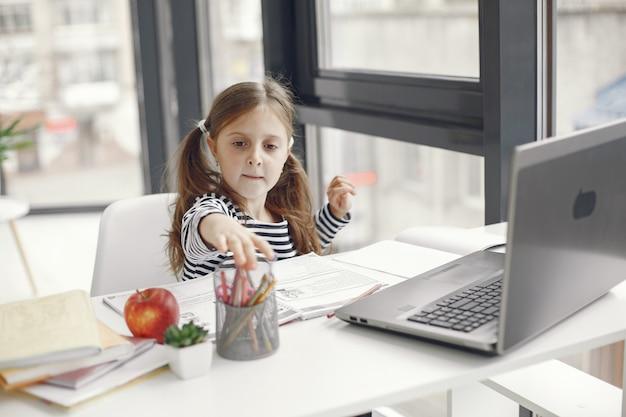 Teenager-mädchen, das laptop betrachtet. kinder in der quarantäne-isolationsphase während der pandemie. heimunterricht. soziale distanzierung. online-schultest. Kostenlose Fotos