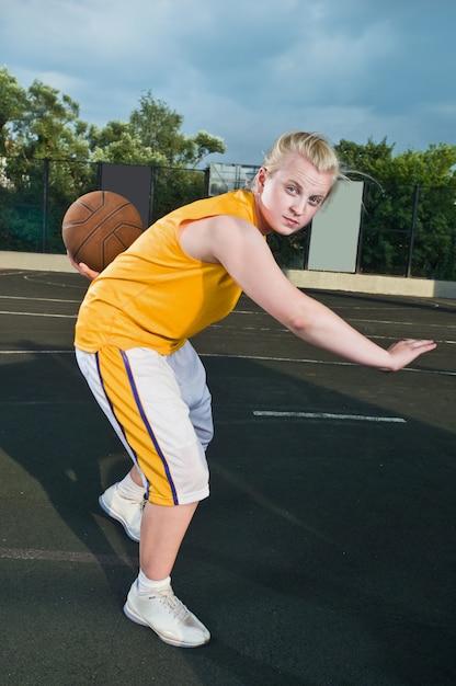 Teenager-mädchen mit basketball Kostenlose Fotos