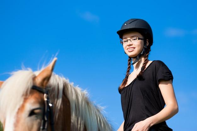 Teenager-mädchen mit pferd Premium Fotos