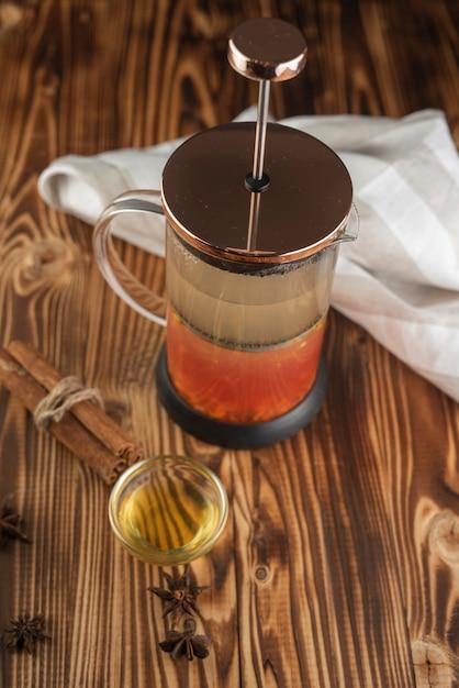 Teepresse mit honig und tuch Kostenlose Fotos