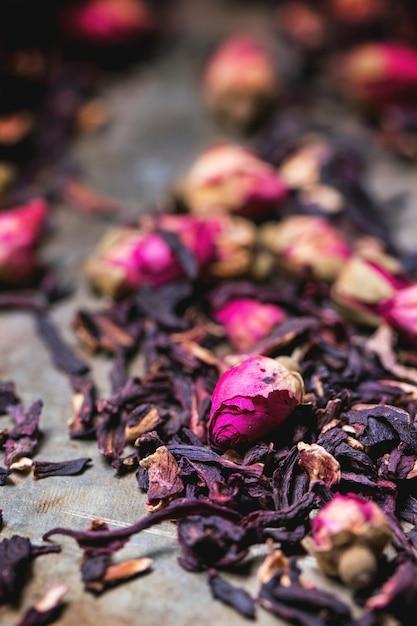 Teerosen und getrocknete hibiscusblume Premium Fotos