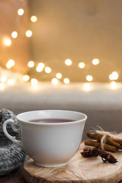 Teetasse auf heißem pad mit lichtern Kostenlose Fotos
