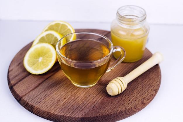 Teetasse, honigglas und zitrone Premium Fotos