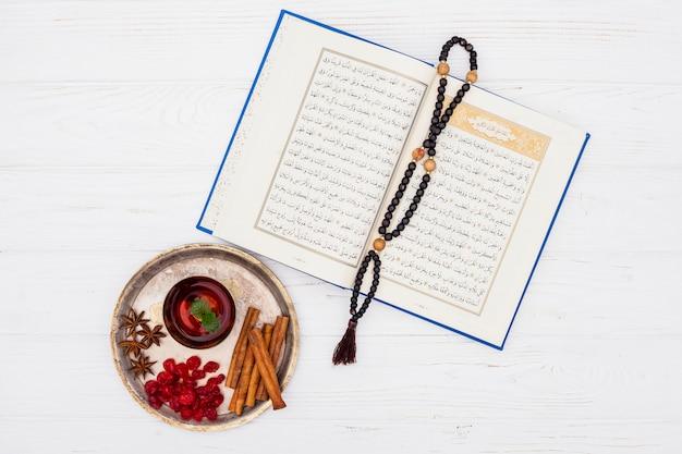 Teetasse mit quran und perlen auf dem tisch Kostenlose Fotos