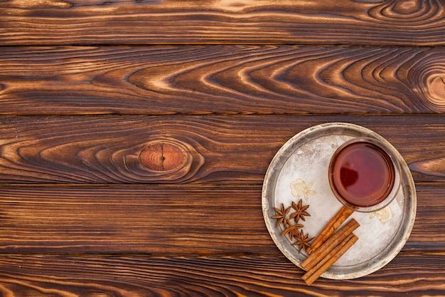 Teetasse mit zimt und anis auf platte Kostenlose Fotos
