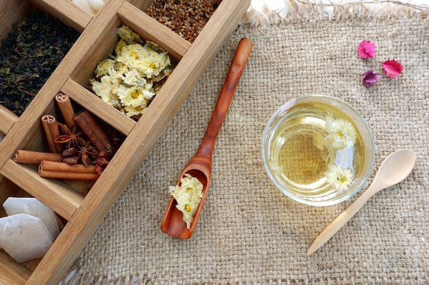 Teezeit stellte, getrocknete gelbe chrysanthemenblume ein Premium Fotos