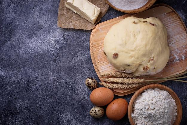 Teig und zutaten zum backen. ei, mehl, zucker und butter. selektiver fokus Premium Fotos