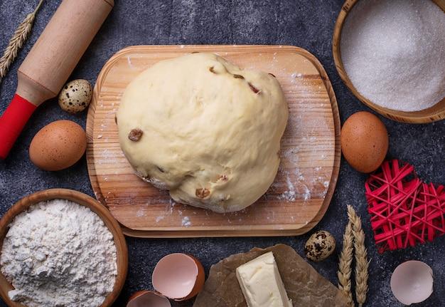 Teig und zutaten zum backen. ei, mehl, zucker und butter Premium Fotos