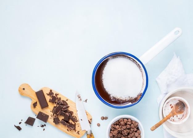 Teigzubereitungsrezeptkuchen, schokoladenkuchen, muffins, kuchen ingridients, flache lage des lebensmittels Premium Fotos