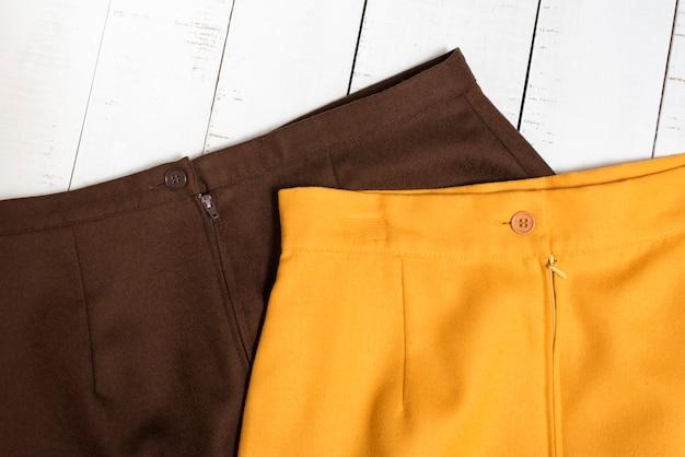 Teil des braunen und orangefarbenen minirocks Premium Fotos