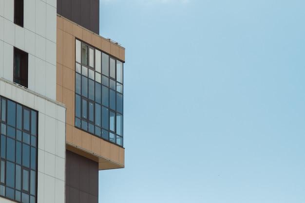 Teil des modernen wohnwohnhausgebäudes. einschließlich eines platzes für exemplarplatz. blauer himmel mit wolken Premium Fotos