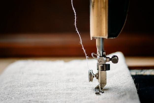 Teil einer vintage-nähmaschine und kleidungsstück. Premium Fotos